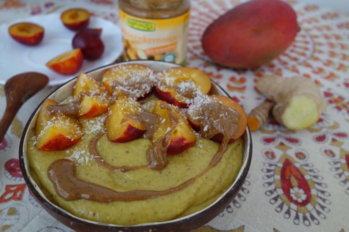 """ayurvedisch gewürzte Hafer-Mango Bowl mit Kokosmehl und orangenen """"Pfirsich""""-Mirabellen"""